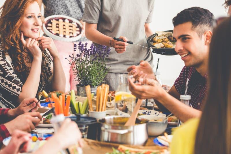 Mengen-rasvrienden die van vegetarische lunch genieten stock fotografie
