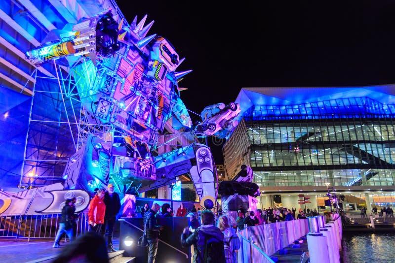 Mengen um eine riesige Roboterskulptur, 'klares Sydney ', Sydney, Australien lizenzfreie stockfotos