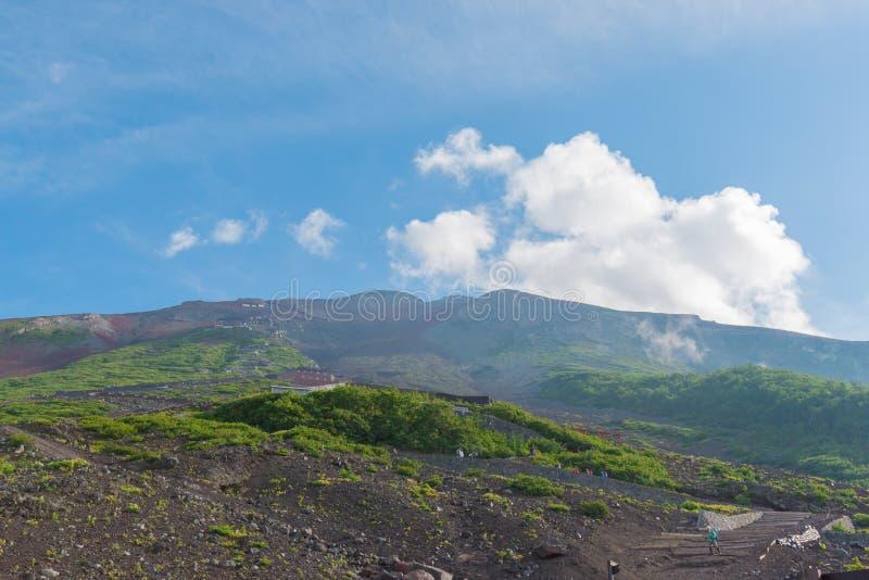 Mengen von Bergsteigern am Gipfel Leute klettern den Fuji-Berg lizenzfreie stockfotos