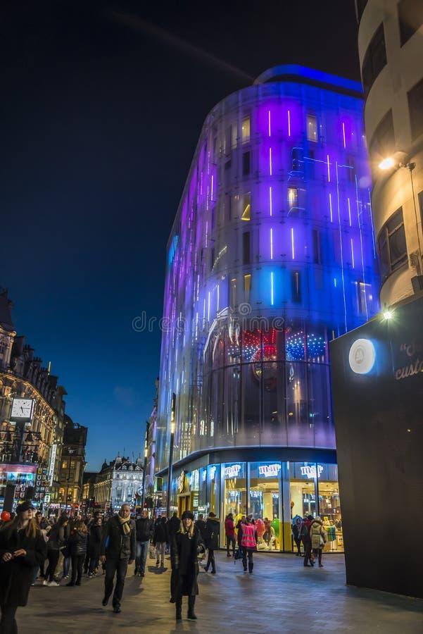 Mengen von den Leuten, die an Leicester-Quadrat, London gehen lizenzfreie stockfotografie