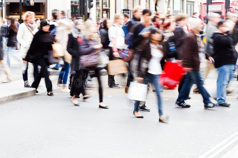 Mengen von den Leuten, welche die Straße kreuzen stockfoto