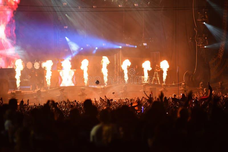 Mengen zich van DJ levend op het stadium bij een muziekfestival royalty-vrije stock foto