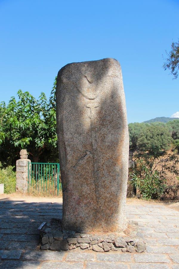 Menhir z rzeźbiącym kordzikiem przy Filitosa archeological miejscem i ciałem ludzkim obraz royalty free