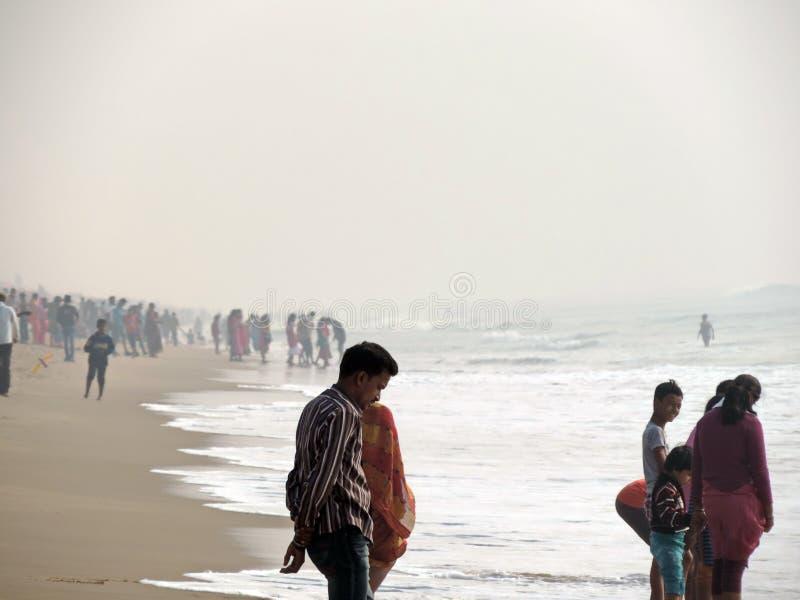 Menigte bij Puri-Overzees Strand, Odisha stock foto