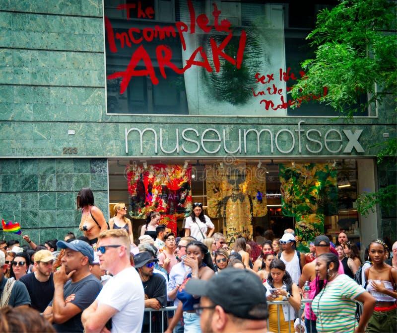 Menigte buiten het Museum van Geslacht tijdens de Stad Pride Parade van New York van 2018 stock fotografie