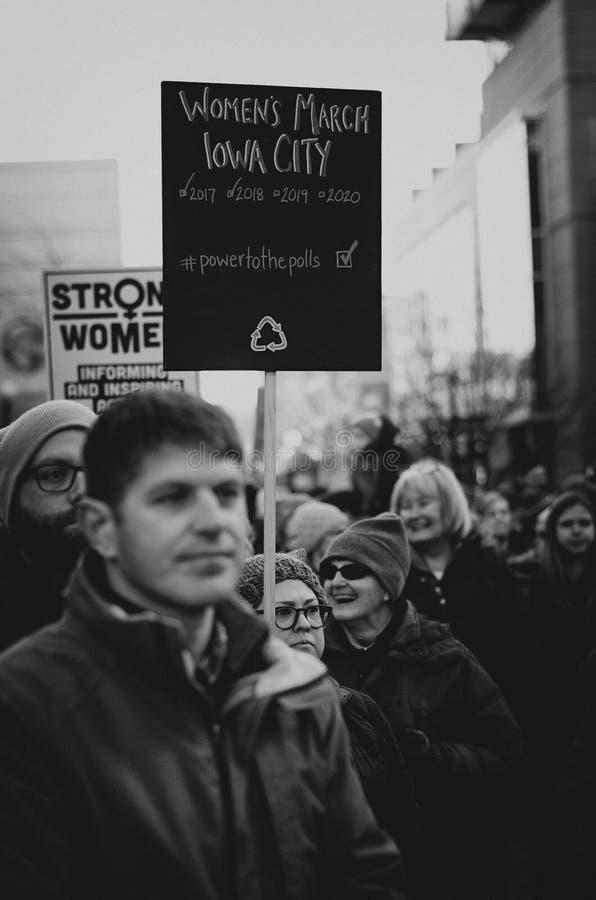 Menigte in de Stad van Iowa tijdens Vrouwen ` s Maart stock foto's