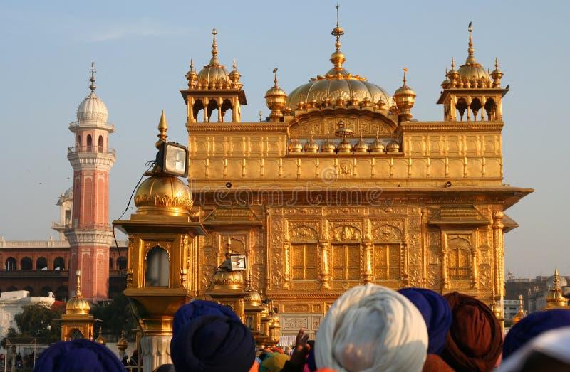 Menigte die aan de Gouden Tempel in India een rij vormt stock foto's