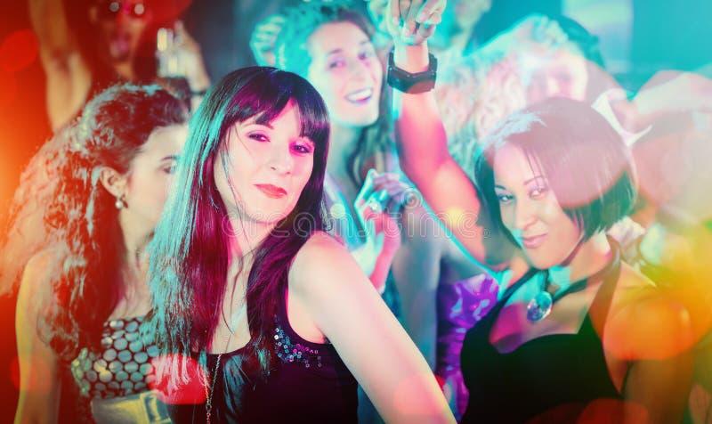Menigte die in club dansen die partij hebben royalty-vrije stock fotografie