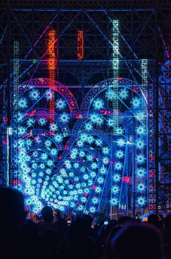 Menigte die licht en muziekprestaties nacht tijdens Cuneo Illuminata bekijken stock foto