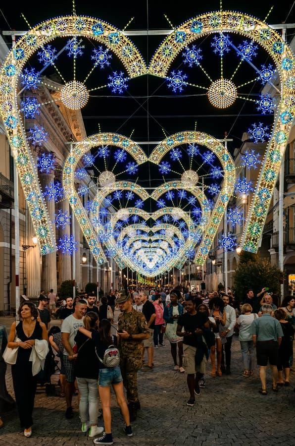 Menigte die onder licht en muziekprestaties bij nacht tijdens Cuneo Illuminata lopen royalty-vrije stock afbeelding