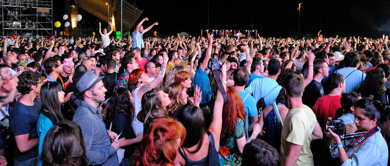 Menigte die op een overleg letten bij San Miguel Primavera Sound Festival royalty-vrije stock fotografie
