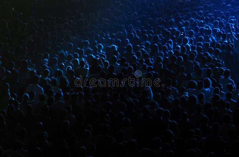 Menigte in een concertzaal royalty-vrije stock afbeeldingen