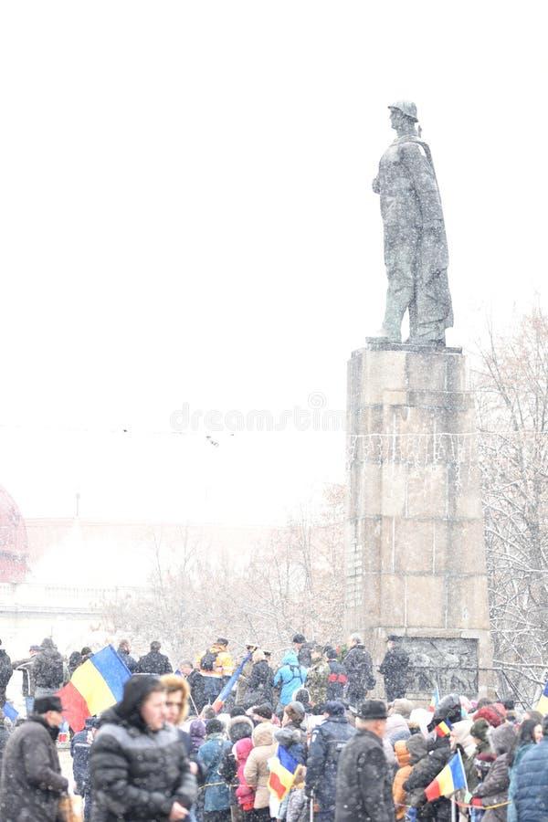 Menigte het aanwezig zijn op een nationale gebeurtenis voor een monument stock afbeelding