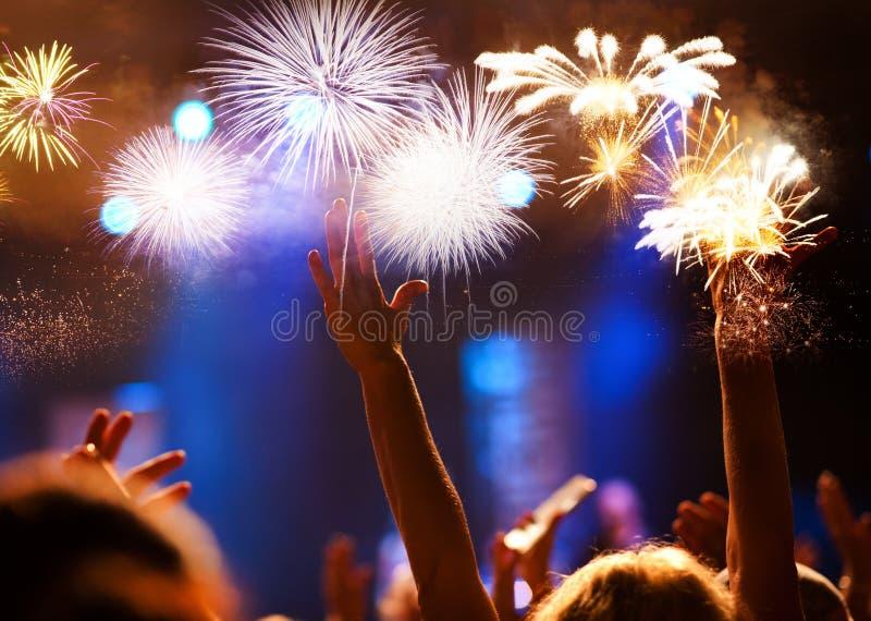 menigte het letten op vuurwerk - abstracte de vakantieachtergrond van Nieuwjaarvieringen stock fotografie