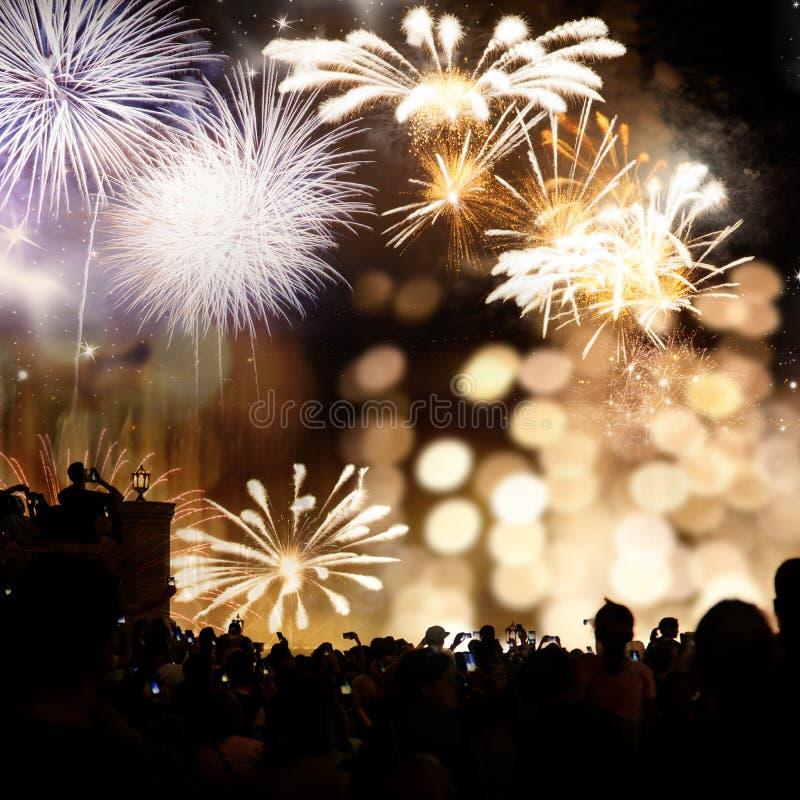 menigte het letten op vuurwerk - abstracte de vakantieachtergrond van Nieuwjaarvieringen stock afbeelding