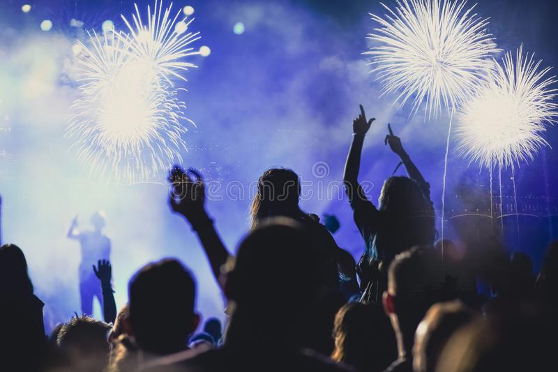 menigte het letten op vuurwerk - abstracte de vakantieachtergrond van Nieuwjaarvieringen royalty-vrije stock afbeelding