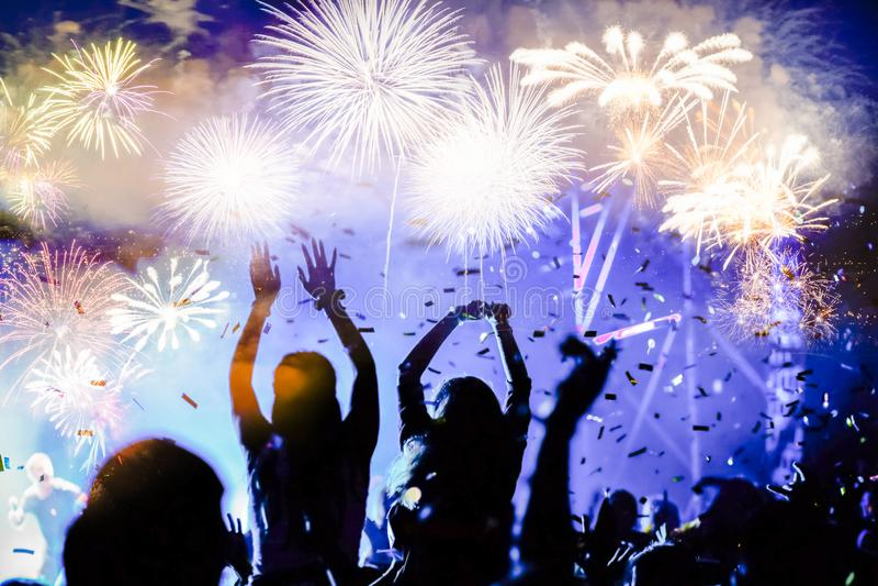 menigte het letten op vuurwerk - abstracte de vakantieachtergrond van Nieuwjaarvieringen stock afbeeldingen