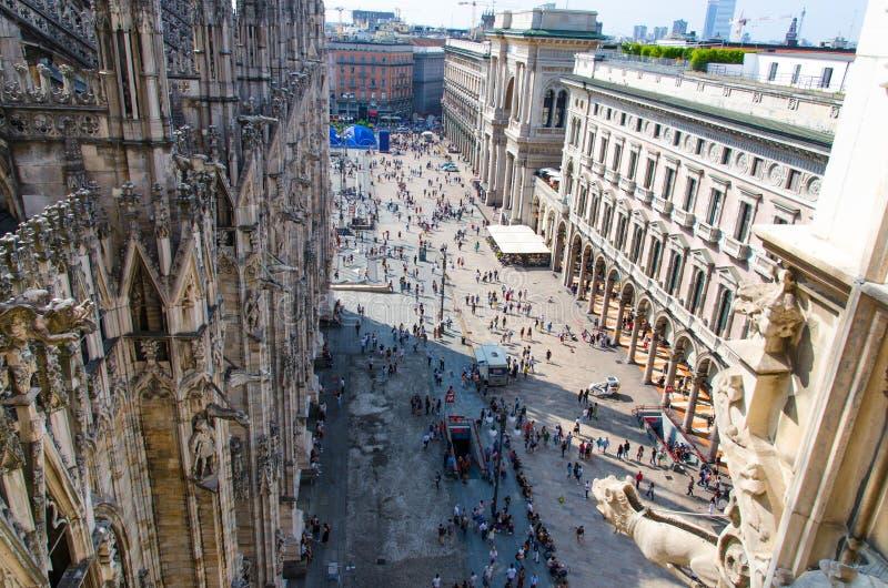 Menigte kleine cijfers van mensen op Piazza del Duomo vierkant, Milaan royalty-vrije stock afbeelding