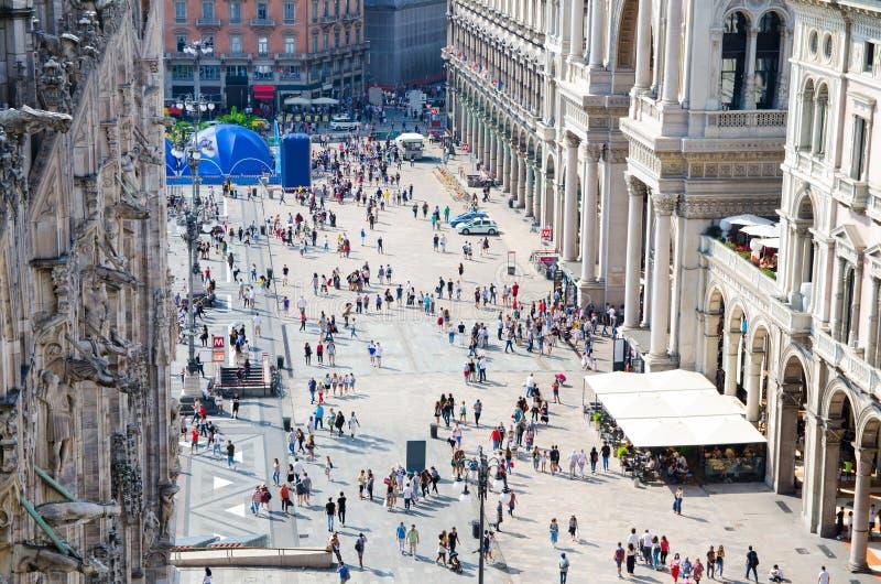 Menigte kleine cijfers van mensen op Piazza del Duomo vierkant, Milaan stock afbeeldingen