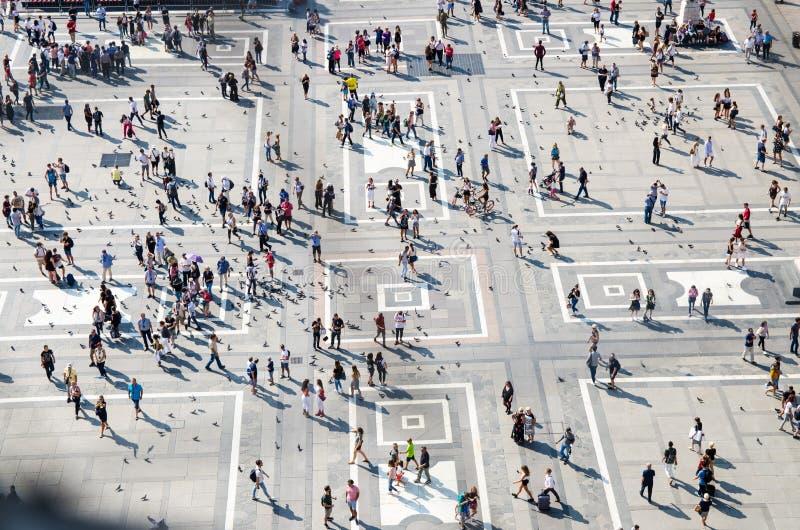 Menigte kleine cijfers van mensen op Piazza del Duomo vierkant, Milaan stock afbeelding
