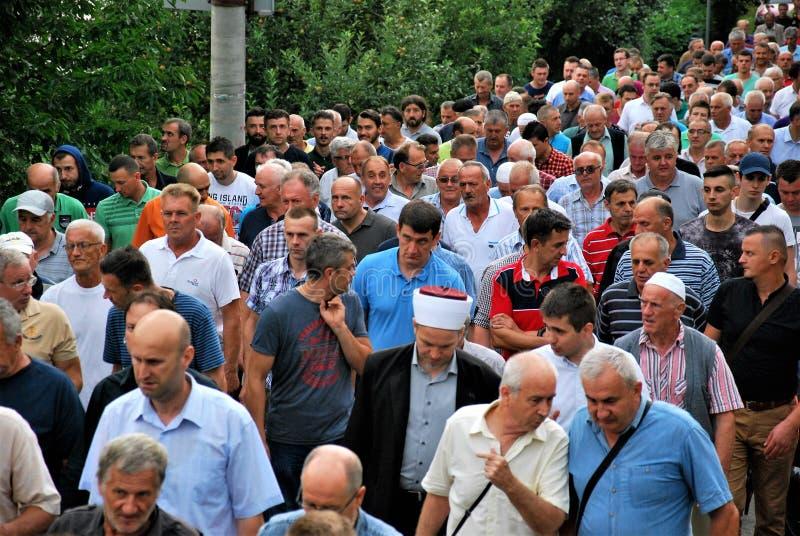 MENIGTE: Moslims op een rij op de weg/de straat stock foto