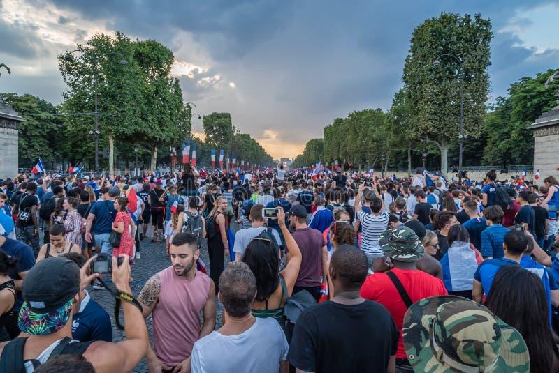 Menigte op de Weg van Champs Elysees in Parijs na de Wereldbeker van 2018 stock foto's