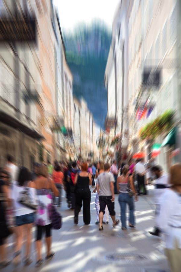 Menigte Op Een Smalle Stadsstraat Stock Foto's