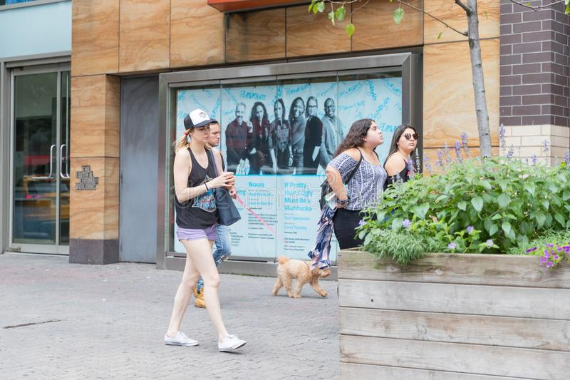 Menigte van anonieme mensen die op bezige de Stadsstraat van New York lopen stock foto's