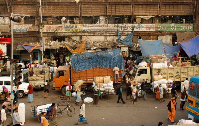 Menigte van arbeiders en vrachtwagens op slechte werkplaats van Indische stad Kolkata royalty-vrije stock foto
