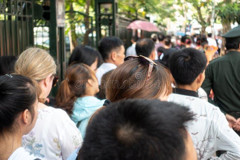 Menigte van Aziatische mensen die op de bezige stadsstraat lopen royalty-vrije stock afbeelding