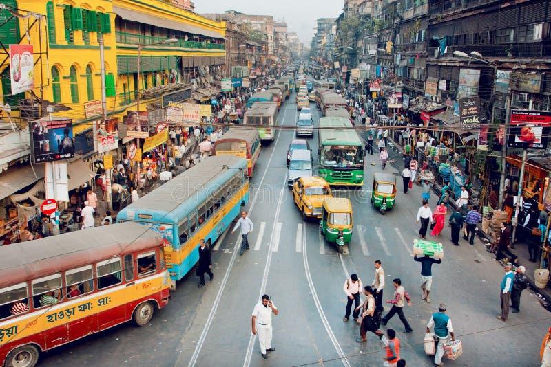 Menigte van bezige zakenlieden, bussen, auto's op straten van reusachtige Indische stad stock afbeeldingen