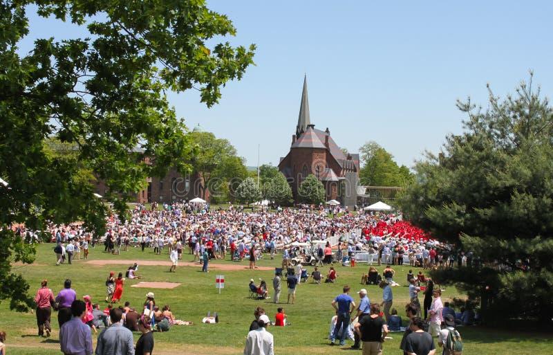 Menigte van familie en vrienden bij circa Mei 2015 van Middletown Connecticut de V.S. van de buitenkant Wesleyan Universitaire Gr royalty-vrije stock foto's