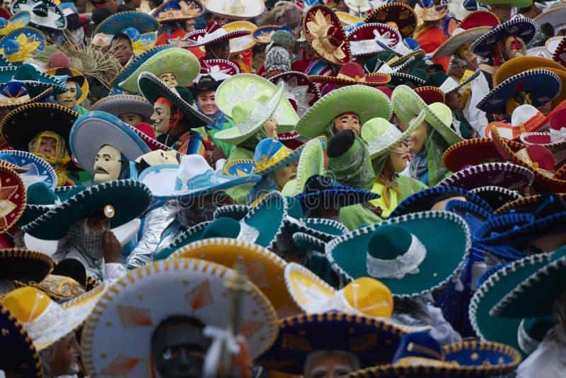 Menigte van gemaskeerde mensen die kleurrijke charroshoeden dragen in Mexicaans Carnaval stock foto's
