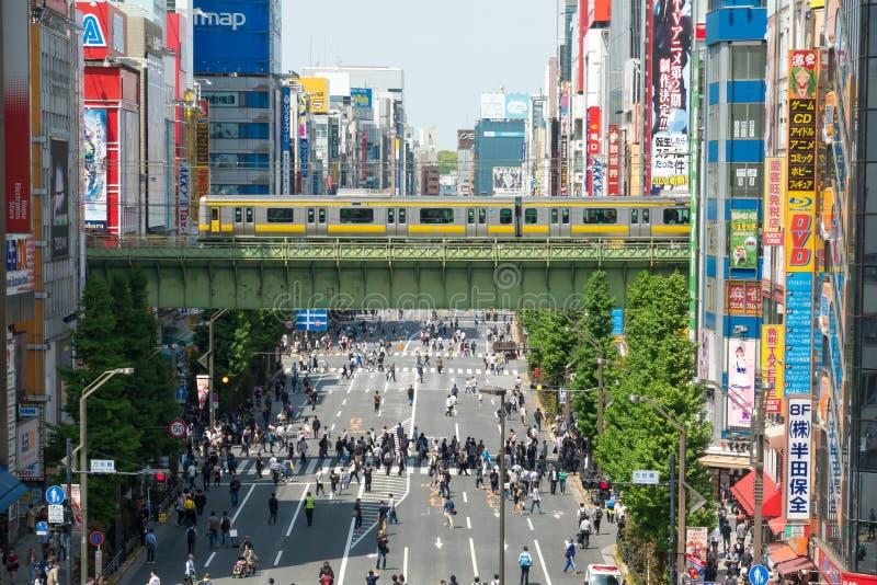 Menigte van Japanse mensen en de toerist die en met autoverkeer bij Akihabara-district Tokyo Japan lopen winkelen stock afbeeldingen