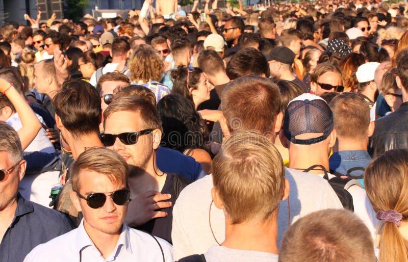 Menigte van jongeren het drinken dansend en genietend van bij muziektrefpunt - zwart-wit beeld royalty-vrije stock afbeeldingen