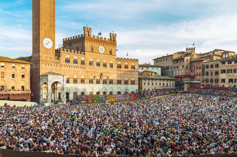 Menigte van mensen bij Piazza del Campo vierkant in Siena royalty-vrije stock foto