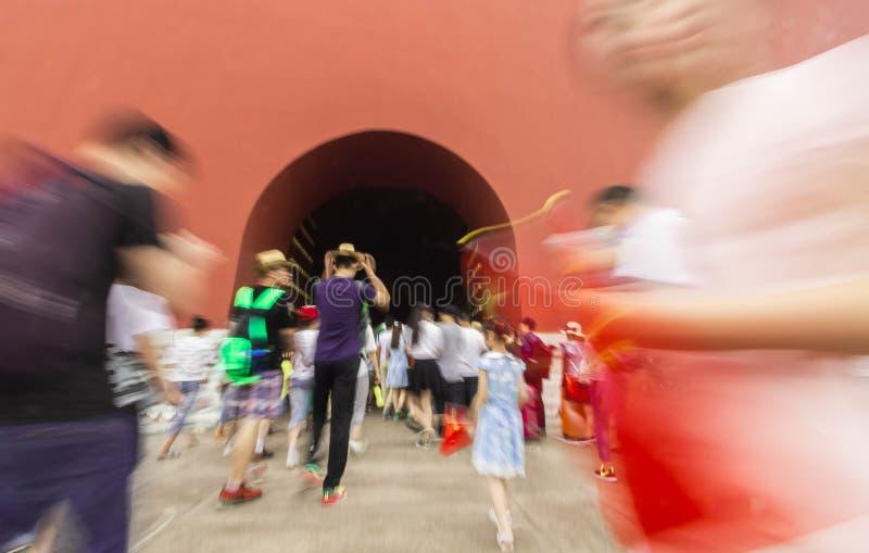 Menigte van mensen die aan Verboden Stad in Peking lopen stock afbeeldingen