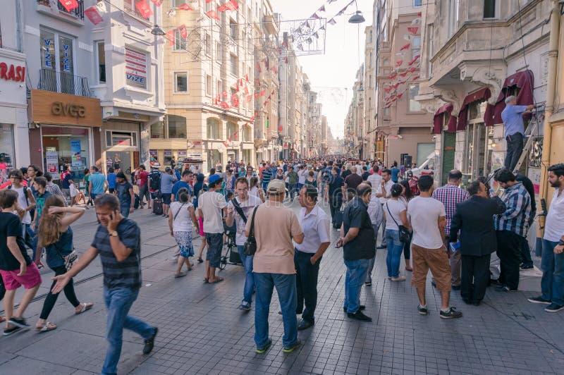 Menigte van mensen die beroemde Istiklal-straat in Beyoglu-voorstad van Istanboel lopen stock afbeelding