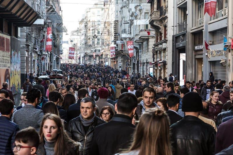 Menigte van Mensen die bij het populaire winkelen en toeristische straat lopen stock foto's
