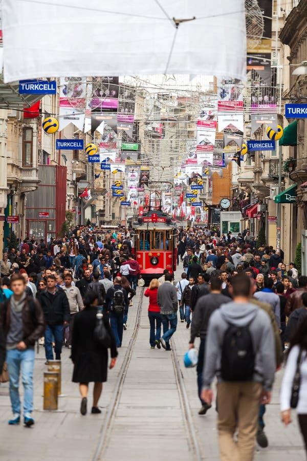 Menigte van mensen die in de Onafhankelijkheidsweg of Istiklal Caddesi, Istanboel, Turkije lopen stock afbeelding