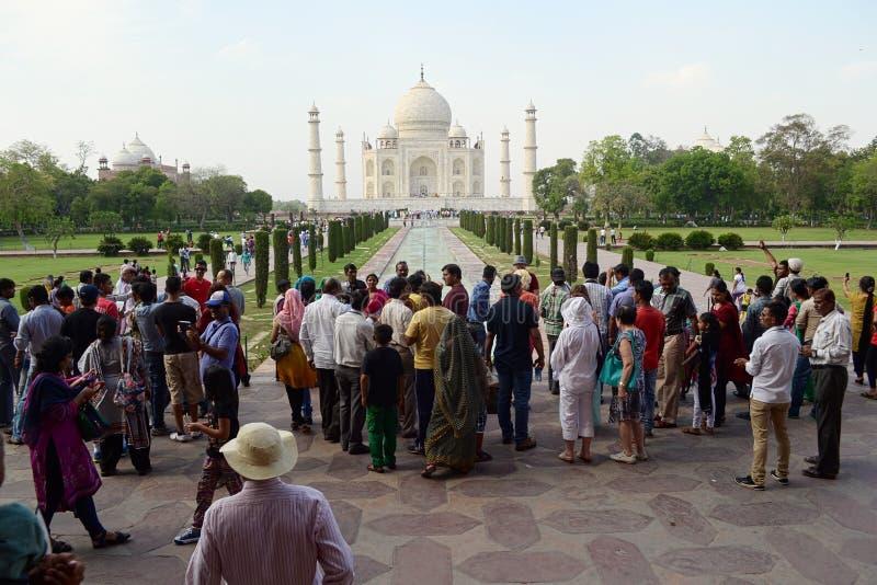 Menigte van mensen die nemend foto van Taj Mahal proberen stock fotografie