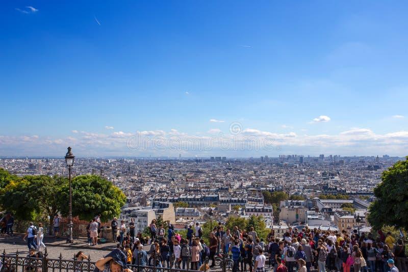Menigte van mensen die onderaan de stad van Parijs van de top van butte Montmartre, het hoogste punt in de stad kijken, dichtbij stock afbeeldingen