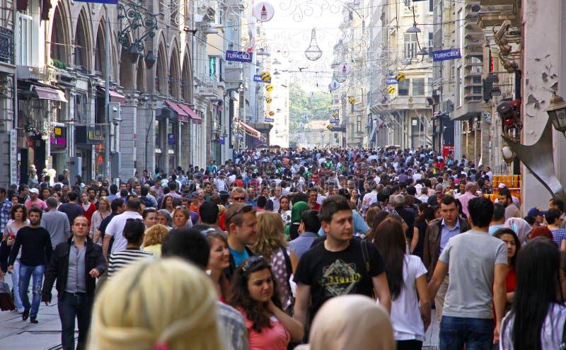Menigte van mensen die op Istiklal-straat in Istanboel, Turkije lopen stock foto