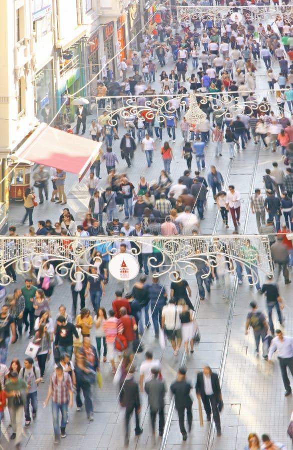 Menigte van mensen die op Istiklal-straat in Istanboel, Turkije lopen stock afbeelding