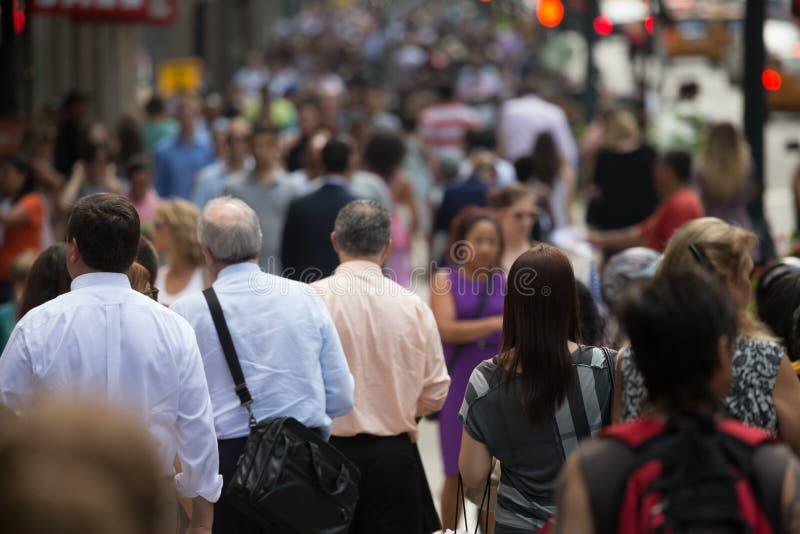 Menigte van mensen die op straatstoep lopen stock foto's
