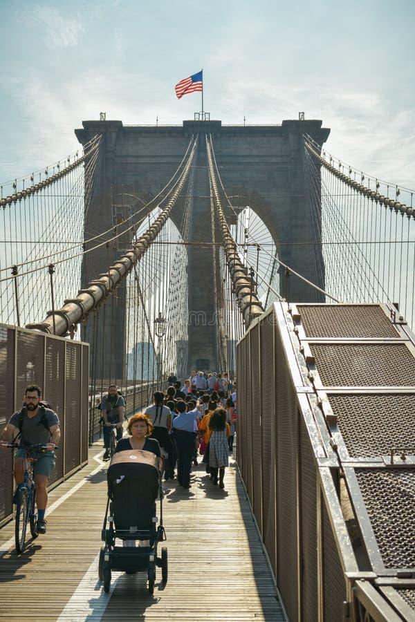 Menigte van toeristen die op de Brug van Brooklyn in New York CIT lopen stock foto