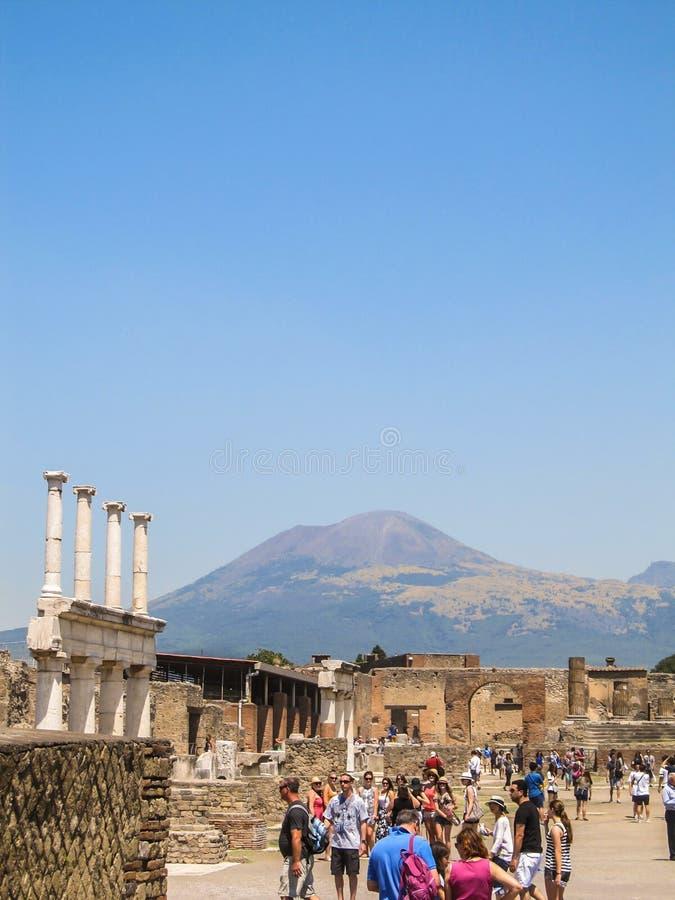 Menigte van toeristen in Pompei met de Vesuvius op de achtergrond stock foto