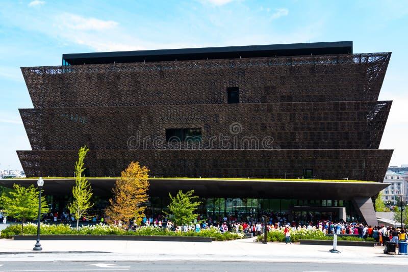 Menigten buiten het Nationale Museum van Afrikaanse Amerikaanse Geschiedenis worden opgesteld die stock foto