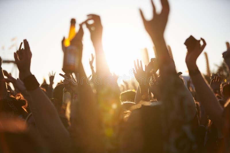 Menigten die van genieten bij Openluchtmuziekfestival stock afbeelding