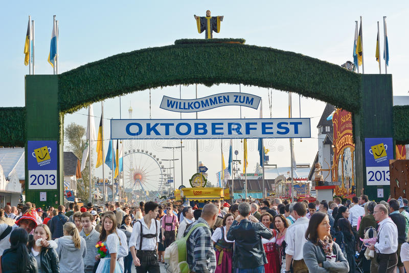 Menigten in Oktoberfest royalty-vrije stock foto's